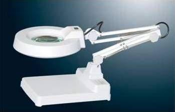 Lente di ingrandimento con lampada a led su braccio articolato