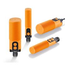 Sensore di prossimità capacitivo / cilindrico / con interfaccia IO-Link / con sorgente di luce LED