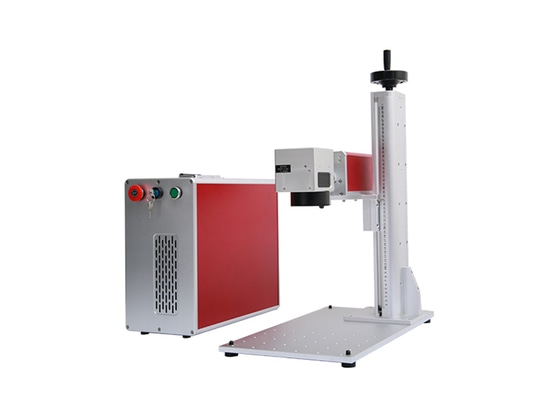 Computer che controlla 2 macchine di segno del laser della fibra allo stesso tempo