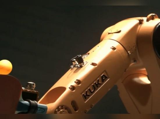 GUARDI UN PRO GIOCATORE DI PING-PONG AFFRONTARE FUORI CONTRO UN BRACCIO ROBOT
