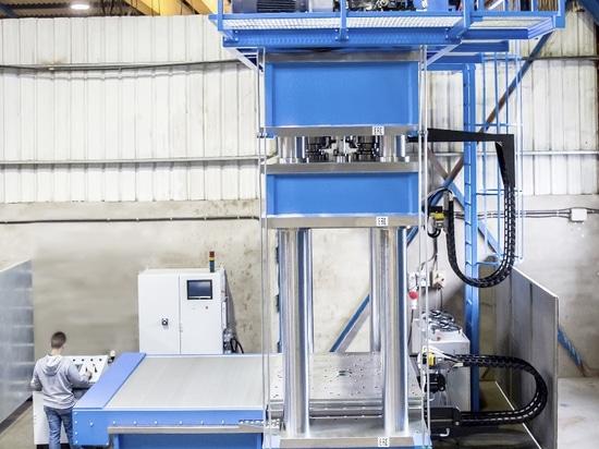 Pressa idraulica dello speciale HIDROGARNE per effettuare gli impianti di vulcanizzazione ad alto rendimento