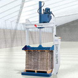 pressa imballatrice verticale / a carico frontale / per plastica / compatta