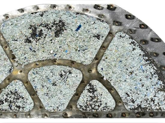 Dettaglio: filtro in metallo contaminato con rPET prima della pulizia