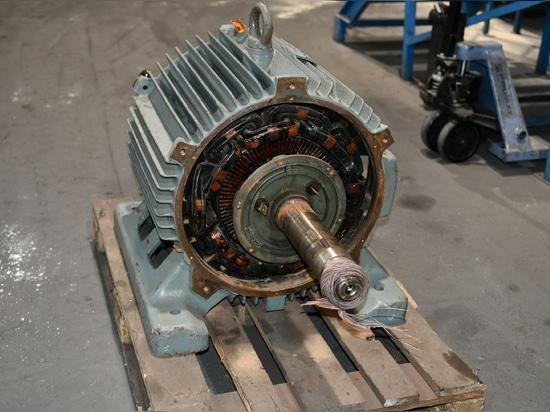 SCHWING Technologies assicura un'affidabile rimozione termica dei residui di resina e vernice da un motore ad anello scorrevole - qui prima della pulizia