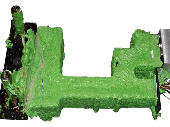 SCHWING Technologies assicura la rimozione termica sicura dei residui di plastica dai sistemi a canale caldo - qui prima della pulizia